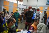 Gubernur Jawa Barat Ridwan Kamil (kedua kanan) bersama Staf Khusus Presiden RI Bidang Sosial Angkie Yudistia (kanan) meninjau gebyar vaksin bagi disabilitas di SLBN Cicendo, Bandung, Jawa Barat, Sabtu (25/9/2021). Ridwan Kamil menyatakan, hingga September 2021 jumlah penerima vaksin COVID-19 di Jawa Barat mencapai 21,6 juta warga dengan rata-rata penyuntikkan sebanyak 311.000 dosis perhari. ANTARA FOTO/Raisan Al Farisi/agr