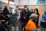 Gubernur Jawa Barat Ridwan Kamil (kedua kanan) bersama Staf Khusus Presiden RI Bidang Sosial Angkie Yudistia (kedua kiri) meninjau gebyar vaksin bagi disabilitas di SLBN Cicendo, Bandung, Jawa Barat, Sabtu (25/9/2021). Ridwan Kamil menyatakan, hingga September 2021 jumlah penerima vaksin COVID-19 di Jawa Barat mencapai 21,6 juta warga dengan rata-rata penyuntikkan sebanyak 311.000 dosis perhari. ANTARA FOTO/Raisan Al Farisi/agr