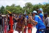Salah satu pemilik ulayat Malamoi mengambil api abadi di PLTMG Pertamina, Distrik Klamono, Kabupaten Sorong, Papua Barat, Sabtu (25/9/2021). Mengawali rangkaian PON Papua, PLTMG Klamono dipercayakan sebagai tempat pengambilan api PON dengan sejarah dimulainya industri minyak dan gas di tanah Papua. ANTARA FOTO/Olha Mulalinda/nym.