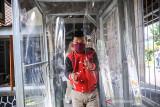 Seorang penyandang disabilitas berjalan menuju lokasi gebyar vaksin bagi disabilitas di SLBN Cicendo, Bandung, Jawa Barat, Sabtu (25/9/2021). Staf Khusus Presiden RI Bidang Sosial Angkie Yudistia menyatakan, penyuntikkan vaksin COVID-19 dosis satu bagi penyandang disabilitas di enam provinsi di Indonesia sudah mencapai 94 persen dari target. ANTARA FOTO/Raisan Al Farisi/agr