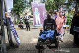 Pendamping membantu seorang penyandang disabilitas untuk menuju lokasi gebyar vaksin bagi disabilitas di SLBN Cicendo, Bandung, Jawa Barat, Sabtu (25/9/2021). Staf Khusus Presiden RI Bidang Sosial Angkie Yudistia menyatakan, penyuntikkan vaksin COVID-19 dosis satu bagi penyandang disabilitas di enam provinsi di Indonesia sudah mencapai 94 persen dari target. ANTARA FOTO/Raisan Al Farisi/agr