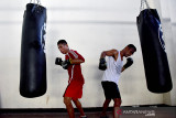 Petinju Butje Tibalimeten (kiri) dan Julius Lumoli berlatih di sasana Pertina Maluku di Kota Ambon, Jumat (24/9/2021). (ANTARA FOTO/FB Anggoro)