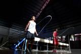 Petinju Butje Tibalimeten (kanan) dan Julius Lumoli (kiri) berlatih skipping di sasana Pertina Maluku di Kota Ambon, Jumat (24/9/2021). Pertina Maluku optimis meraih dua medali emas di PON XX Papua, meski hanya mengirim empat petinju dan jumlahnya turun jauh dibandingkan PON XIX yang mencapai 12 petinju. (ANTARA FOTO/FB Anggoro)