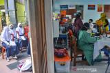 Siswa mengikuti vaksinasi COVID-19 di Ruang Kelas SMP Negeri 2 Ciamis, Kabupaten Ciamis, Jawa Barat, Sabtu (25/9/2021). Sebanyak 3.196 pelajar SMP mengikuti gebyar vaksinasi anak dosis kedua yang digelar di tujuh sekolah di Ciamis, untuk mempercepat terbentuknya herd immunity atau kekebalan komunal saat pelaksanaan Pembelajaran Tatap Muka (PTM) terbatas. ANTARA FOTO/Adeng Bustomi/agr