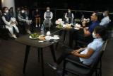 Ketua Umum DPP Partai Demokrat Agus Harimurti Yudhoyono (kedua kanan) didampingi Ketua DPD Partai Demokrat Kalbar Erma Suryani Ranik (ketiga kanan) berdialog bersama influencer dan media di Pontianak, Kalimantan Barat, Kamis (23/9/2021). Ketum Partai Demokrat yang mengusung jargon 'Muda adalah Kekuatan' tersebut mengatakan bahwa negara membutuhkan generasi muda yang tidak manja dan pantang menyerah guna mewujudkan visi Indonesia Emas 2045. ANTARA FOTO/Jessica Helena Wuysang/rwa.
