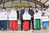 Anies serahkan beasiswa kepada 45 anak yatim piatu akibat COVID-19