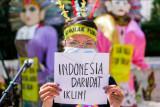 Aktivis membentangkan tulisan dalam aksi di kawasan Dukuh Atas, Jakarta, Minggu (26/9/2021). Aksi yang bertemakan 'Tolak Bala, Stop Bencana' ini untuk menyerukan kepada pemerintahan Presiden Joko Widodo dan parlemen Indonesia agar segera menghentikan ketidakbijakan dalam menghadapi krisis iklim. ANTARA FOTO/Rivan Awal Lingga/nym.