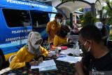 Petugas Dinas Kependudukan dan Pencatatan Sipil (Dispendukcapil) memberikan layanan administrasi kepedudukan saat pelaksanaan pelayanan mobil keliling adminstrasi kependudukan di Kota Madiun, Jawa Timur, Sabtu (25/9/2021). Dispendukcapil Kota Madiun melakukan pelayanan keliling pada hari libur kantor Sabtu dan Minggu guna meningkatkan pelayanan administrasi kependudukan. Antara Jatim/Siswowidodo/zk