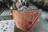 Peserta memperlihatkan kain ecoprint saat pelatihan kerajinan ecoprint di Desa Paron, Kediri, Jawa Timur, Minggu (26/9/2021). Pelatihan yang diikuti ibu-ibu rumah tangga tersebut guna memberikan wawasan tentang pembuatan kain ecoprint berbasis warna alam yang dapat menjadi usaha sampingan guna membantu perekonomian keluarga. Antara Jatim/Prasetia Fauzani/zk