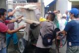Bhabinkamtibmas Desa Baru Gotong Royong Renovasi Masjid Bersama Warga