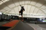Seorang anak melakukan latihan ketangkasan di atas papan luncur atau skateboard di Arena Apocalypso Skate, Malang, Timur Timur, Senin (27/9/2021). Arena seluas 1000 meter persegi yang diklaim sebagai arena seluncuran (skate) dalam ruangan (indoor) terbesar di Indonesia tersebut dibangun dengan mengikuti standar internasional yakni memiliki mangkuk seluncur (skate bowl) dan kolam busa atau foampit. Antara Jatim/Ari Bowo Sucipto/zk.