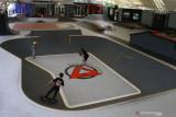 Sejumlah anak melakukan latihan ketangkasan di atas papan luncur atau skateboard di Arena Apocalypso Skate, Malang, Timur Timur, Senin (27/9/2021). Arena seluas 1000 meter persegi yang diklaim sebagai arena seluncuran (skate) dalam ruangan (indoor) terbesar di Indonesia tersebut dibangun dengan mengikuti standar internasional yakni memiliki mangkuk seluncur (skate bowl) dan kolam busa atau foampit. Antara Jatim/Ari Bowo Sucipto/zk.