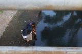 Aktivis lingkungan hidup 'Kediri Ben Resik' mengukur kadar logam berat pada air sungai Kresek, Kelurahan Burengan, Kota Kediri, Jawa Timur, Senin (27/9/2021). Aliran sungai untuk irigasi pertanian tersebut berwarna keruh, berbau, dan memiliki kadar logam berat di atas ambang batas normal yang diduga akibat tercemar oleh limbah pabrik. Antara Jatim/Prasetia Fauzani/zk.