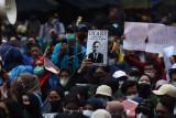 Mahasiswa yang tergabung dalam Aliansi BEM Seluruh Indonesia (BEM SI) dan Gerakan Selamatkan KPK menggelar aksi unjuk rasa di sekitar Gedung Merah Putih KPK di Jakarta, Senin (27/9/2021). Aksi demonstrasi itu menuntut pembatalan pemecatan 56 pegawai KPK yang gagal Tes Wawasan Kebangsaan (TWK) pada 30 September mendatang. ANTARA FOTO/Indrianto Eko Suwarso/nym.