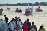 Wisatawan melakukan susur Sungai Batanghari di Kawasan Percandian Muarajambi, Jambi, Jumat (24/9/2021). Wisata susur Sungai Batanghari yang menjadi cerita tak terpisahkan dari sejarah transportasi masa lalu di Kawasan Percandian Muarajambi tersebut dibuka untuk umum dalam rangka memeriahkan Festival Candi Muarajambi yang akan digelar hingga Sabtu (25/9). ANTARA FOTO/Wahdi Septiawan/hp.