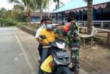 TNI di pulau Numfor Biak bagi masker ke warga