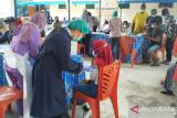 TNI Nabire lakukan pendampingan vaksinasi warga
