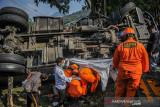 Petugas Basarnas mengevakuasi korban yang terjepit kabin truk yang mengalami kecelakaan tunggal di Nagreg, Kabupaten Bandung, Jawa Barat, Selasa (28/9/2021). Kecelakaan truk yang memuat semen cair tersebut mengakibatkan dua orang meninggal yang diduga akibat gagalnya fungsi pengereman. ANTARA FOTO/Raisan Al Farisi/agr