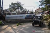Kendaraan melintas di samping truk yang mengalami kecelakaan tunggal di Nagreg, Kabupaten Bandung, Jawa Barat, Selasa (28/9/2021). Kecelakaan truk yang memuat semen cair tersebut mengakibatkan dua orang meninggal yang diduga akibat gagalnya fungsi pengereman. ANTARA FOTO/Raisan Al Farisi/agr