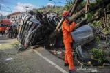 Petugas Basarnas berada di samping truk yang mengalami kecelakaan tunggal di Nagreg, Kabupaten Bandung, Jawa Barat, Selasa (28/9/2021). Kecelakaan truk yang memuat semen cair tersebut mengakibatkan dua orang meninggal yang diduga akibat gagalnya fungsi pengereman. ANTARA FOTO/Raisan Al Farisi/agr