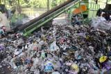 Petugas memilah sampah di tempat pengolahan sampah terpadu (TPST) Banjarbendo, Sidoarjo, Jawa Timur, Selasa (28/9/2021).  TPST Banjarbendo berhasil mengolah 20 ton sampah organik  menjadi 4-5 ton briket setiap hari dan di jual ke industri dan UMKM yang membutuhkan sebagai pengganti kayu bakar. Antara Jatim/Umarul Faruq/zk.