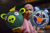 Perajin menyelesaikan pembuatan lampu hias di rumah produksi, Desa Rancapetir, Kabupaten Ciamis, Jawa Barat, Selasa (28/9/2021). Di masa pandemi COVID-19, salah seorang ibu rumah tangga memanfaatkan waktunya membuat berbagai macam lampu karakter berbahan benang yang dijual dengan Rp 50ribu hingga Rp 85ribu yang dipasarkan melalui platform digital. ANTARA FOTO/Adeng Bustomi/agr
