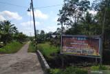Suasana pemukiman masyarakat di Desa Kalibandung, Kecamatan Sungai Raya, Kabupaten Kubu Raya, Kalimantan Barat, Senin (25/7/2021). Lembaga Pengelola Hutan Desa (LPHD) Kalibandung bersama Pemdes setempat, Kelompok Usaha Perhutanan Sosial (KUPS) dan sejumlah NGO pendamping seperti WWF dan YNKI bersinergi dalam menjaga keanekaragaman hayati di Lanskap Kubu karena memerlukan perhatian ekstra bagi segenap elemen terkait. ANTARA KALBAR Jessica Wuysang