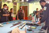 Polisi amankan sajam dan uang puluhan juta rupiah di 'kampung narkoba' Palangka Raya