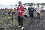 Presiden Joko Widodo (kiri) memberikan keterangan pers seusai melakukan penanaman mangrove di kawasan wisata Raja Kecik, Desa Muntai Barat, Kecamatan Bantan, Kabupaten Bengkalis, Riau, Selasa (28/9/2021). ANTARA FOTO/Alfisnardo/foc.