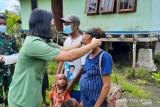 Satgas TMMD Kodim 1709/Yawa bagi masker di kampung Miosnum Yapen Papua