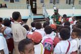 TNI bagikan masker untuk siswa SD Deiyai Papua