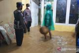 Selain keamanan, polisi juga bantu warga terdampak banjir pindahkan barang berisiko rusak terkena air