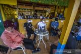 Bupati Hulu Sungai Tengah Aulia Oktafiandi (dua kanan) ngobrol santai saat launching Kopi Meratus di obyek wisata Pagat, Barabai, Kabupaten Hulu Sungai Tengah, Kalimantan Selatan, Jumat (1/10/2021). Dalam mewujudkan pertumbuhan dan pengembangan ekonomi yang ramah lingkungan berbasis kerakyatan, Serikat Petani Indonesia (SPI) Kalimantan Selatan bersama Pemerintah Daerah Hulu Sungai Tengah meluncurkan Kopi Meratus dengan tiga jenis kopi yaitu kopi Robusta, Liberika dan Ekselsa yang tumbuh di Pegunungan Meratus sekaligus dalam rangka memperingati Hari Kopi Dunia 2021 (International Coffee Day). Foto Antaranews Kalsel/Bayu Pratama S.