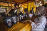 Pengunjung melihat jenis-jenis kopi saat launching Kopi Meratus di obyek wisata Pagat, Barabai, Kabupaten Hulu Sungai Tengah, Kalimantan Selatan, Jumat (1/10/2021). Dalam mewujudkan pertumbuhan dan pengembangan ekonomi yang ramah lingkungan berbasis kerakyatan, Serikat Petani Indonesia (SPI) Kalimantan Selatan bersama Pemerintah Daerah Hulu Sungai Tengah meluncurkan Kopi Meratus dengan tiga jenis kopi yaitu kopi Robusta, Liberika dan Ekselsa yang tumbuh di Pegunungan Meratus sekaligus dalam rangka memperingati Hari Kopi Dunia 2021 (International Coffee Day). Foto Antaranews Kalsel/Bayu Pratama S.