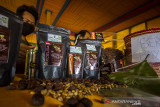 Barista menyiapkan kopi saat launching Kopi Meratus di Obyek Wisata Pagat, Barabai, Kabupaten Hulu Sungai Tengah, Kalimantan Selatan, Jumat (1/10/2021). Dalam mewujudkan pertumbuhan dan pengembangan ekonomi yang ramah lingkungan berbasis kerakyatan, Serikat Petani Indonesia (SPI) Kalimantan Selatan bersama Pemerintah Daerah Hulu Sungai Tengah meluncurkan Kopi Meratus dengan tiga jenis kopi yaitu kopi Robusta, Liberika dan Ekselsa yang tumbuh di Pegunungan Meratus sekaligus dalam rangka memperingati Hari Kopi Dunia 2021 (International Coffee Day). Foto Antaranews Kalsel/Bayu Pratama S.