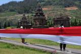 Elemen masyarakat dan Pemerintah bentangkan Bendera Merah Putih 1.000 meter di Dieng