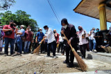 Mensos sapu halaman Makam Syekh Burhanuddin di Padang Pariaman