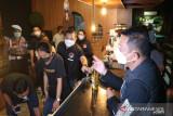 Polisi bubarkan kerumunan di tiga kafe Jakarta