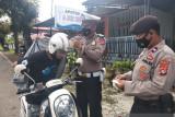 Pengendara taat berlalu lintas di Mamuju dapat hadiah jaket dan helm