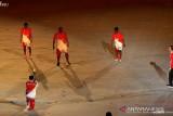 Presiden Jokowi bermain bola dengan anak Papua saat pembukaan
