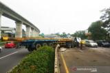 Truk trailer kecelakaan dan tiga kendaraan mini bus hingga ke jalur berlawanan di Tol Purbaleunyi