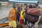TNI bagi masker untuk warga Paniai di dermaga Aikay