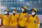 Regu putri panjat tebing NTB menerima medali emas dari Menko PMK