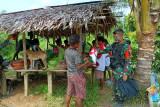 Warga perbatasan RI-PNG peroleh baju merah putih