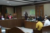 Saksi bilang Azis Syamsuddin punya 8 orang untuk amankan kasus di KPK