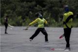 Atlet Aeromodelling Putri Kalimantan Barat Sendi Yulianti melemparkan pesawat saat bertanding pada kategori OHLG (terbang bebas lempar) PON Papua di Lapangan SP 5, Kabupaten Mimika, Papua, Senin (4/10/2021). ANTARA FOTO/Novrian Arbi/YU