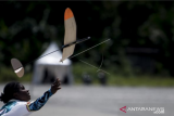 Atlet Aeromodelling Putri Papua Herice Marweri melemparkan pesawat saat bertanding pada kategori OHLG (terbang bebas lempar) PON Papua di Lapangan SP 5, Kabupaten Mimika, Papua, Senin (4/10/2021). ANTARA FOTO/Novrian Arbi/YU