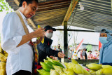 Presiden Jokowi di Klamesen Sorong mampir beli jagung rebus di pinggir jalan