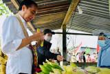 Presiden Jokowi di Sorong mampir beli jagung rebus di pinggir jalan