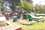 TNI bersama anak jalanan Jayawijaya gotong royong bersihkan TMP